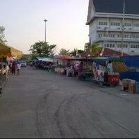 Photo taken at ตลาดเช้าหน้าวัดไร่ขิง by Anut W. on 4/28/2012