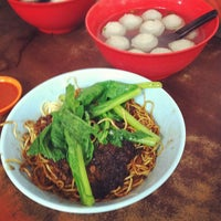 Photo taken at Restoran Soong Kee Beef Ball Noodle (颂记牛肉丸粉) by Danny N. on 5/28/2012