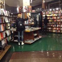 รูปภาพถ่ายที่ St. Mark's Bookshop โดย Todd S. เมื่อ 2/23/2012