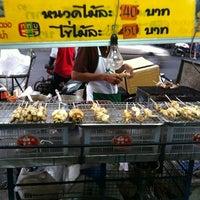 Photo taken at ปลาหมึกย่างรสเด็ด | วังหลัง by Jum J. on 1/22/2012