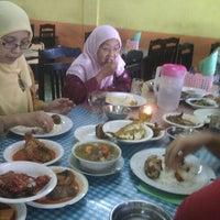 Photo taken at Rumah makan ummi by emirul™♔ on 5/24/2012