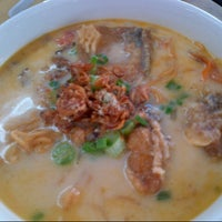 Photo taken at Woo Pin Fish Head Noodles by Alvin L. on 8/31/2012