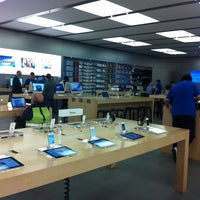 Photo taken at Apple Parquesur by Emy D. on 4/2/2012