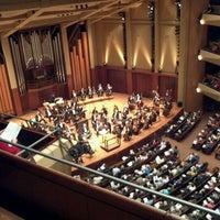 Foto tirada no(a) Benaroya Hall por Alvaro F. em 2/17/2012