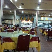 Photo taken at Rumah Makan Pagi Sore Teluk Gelam by Putra P. on 8/11/2012