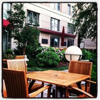 Das Foto wurde bei Empress Lounge von Arden V. am 5/21/2012 aufgenommen