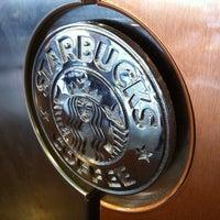 Foto tomada en Starbucks por Lizette Z. el 4/9/2012