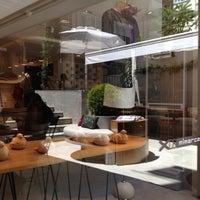 Das Foto wurde bei XDERISHOW Butik, Galeri & Cafe von Ş.Çınar Ö. am 6/16/2012 aufgenommen