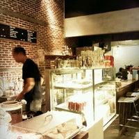 Снимок сделан в Pacamara Boutique Coffee Roasters пользователем Zigumza D. 5/20/2012