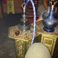 Foto tomada en Habibi's Lounge por Jay W. el 7/29/2012