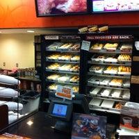 รูปภาพถ่ายที่ Dunkin Donuts โดย John T. เมื่อ 9/7/2012