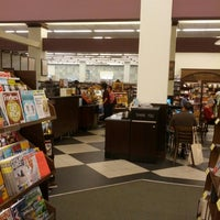 Photo taken at Barnes & Noble by Rogerio G. on 9/12/2012