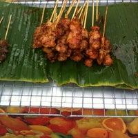 Photo taken at ร้าน. บังหมัด.ไก่ย่าง เนื้อย่าง by Sofia🍒 on 9/8/2012
