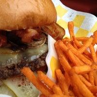 Das Foto wurde bei Stackhouse Burgers von Oh Hey Dallas am 8/13/2012 aufgenommen