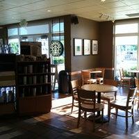 Foto tirada no(a) Starbucks por Alex W. em 6/19/2012