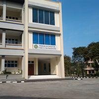 Photo taken at Fakultas Ekonomi Universitas Mulawarman by Andhika H. on 8/5/2012