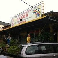 Photo taken at Fatty Loh Chicken Rice (大肥羅雞飯) by David K. on 10/8/2011