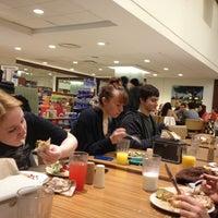 Foto tomada en NYU Hayden Dining Hall por Stephen B. el 1/23/2012
