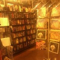 รูปภาพถ่ายที่ St. Mark's Bookshop โดย Patricia M. เมื่อ 12/22/2011