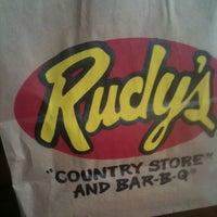 Photo prise au Rudy's Country Store & Bar-B-Q par Debra M. le9/11/2011
