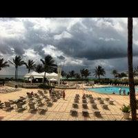 Foto tirada no(a) Deauville Beach Resort por Cris D. em 5/15/2012