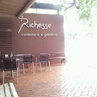 Foto tirada no(a) Richesse Confeitaria por Marcio J. em 6/7/2012