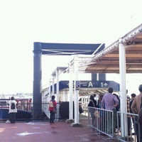 Photo taken at 日の出桟橋 水上バス乗り場 by rise b. on 11/12/2011