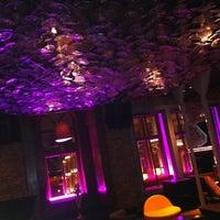 รูปภาพถ่ายที่ W Lounge โดย Benji K. เมื่อ 3/26/2012