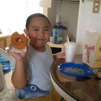 Photo taken at Winchell's DONUT HOUSE by Flip P. on 4/3/2012