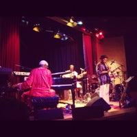 Photo taken at Yoshi's Jazz Club & Japanese Restaurant by Warren L. on 11/6/2011