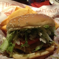 Photo taken at Red Robin Gourmet Burgers by Tore M. on 11/6/2011