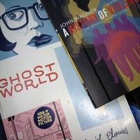 Photo prise au Half Price Books par Sonny D. le2/28/2012