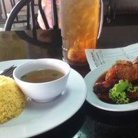 Photo taken at Restoran Tat Nasi Ayam by Muhammad Marzuq M. on 6/27/2012