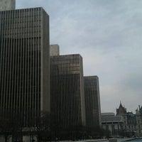 Foto tirada no(a) Empire State Plaza por Hendy S. em 1/7/2012