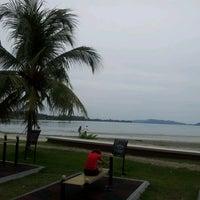 Foto tirada no(a) Pantai Mersing por Chris C. em 6/3/2012