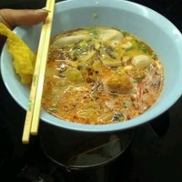 Photo taken at Udomsuk Tomyum Noodle by Nongnene N. on 2/19/2012