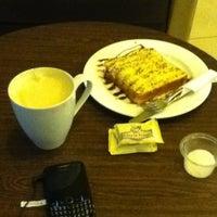 Photo taken at Gloria Jean's Coffee by Yova E. on 6/16/2012