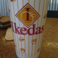 Foto scattata a Ikeda's California Country Market da Amanda R. il 5/21/2011