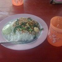 Photo taken at ร้านอำนาจ อาหารตามสั่ง by El N. on 7/29/2011