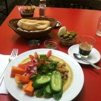 Foto tomada en Zula Hummus Café por Caitlin S. el 9/11/2012