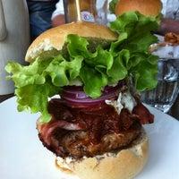 Photo taken at Jo'Burger by João V. on 8/3/2012
