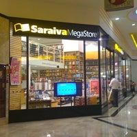 Foto tirada no(a) Saraiva Mega Store por Sérgio S. em 4/24/2012
