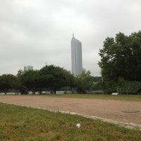 Foto scattata a Auditorium Shores at Lady Bird Lake da Suzie B. il 4/13/2012
