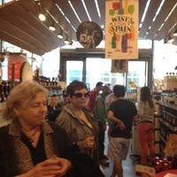 Das Foto wurde bei Whole Foods Wine Store von Lisa W. am 4/14/2012 aufgenommen