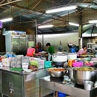 Photo taken at ข้าวต้มทอง บ้านโป่ง by suppat c. on 6/27/2012