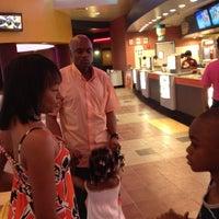 Снимок сделан в Regal Cinemas New Roc 18 IMAX & RPX пользователем Ted P. 5/28/2012