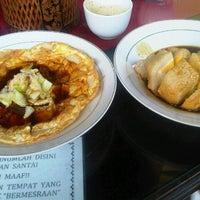 Photo taken at Pondok & Cafe Bahrein by Perta Morani S. on 8/26/2012