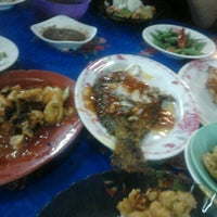 Photo taken at Ikan Bakar Mama Resepi by Fazlin Natasya A. on 2/7/2012