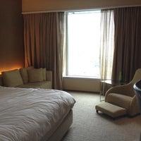 Снимок сделан в Traders Hotel пользователем Sue E. 3/16/2012