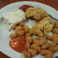 Photo taken at Golden Corral by Beverly Warren P. on 2/1/2012
